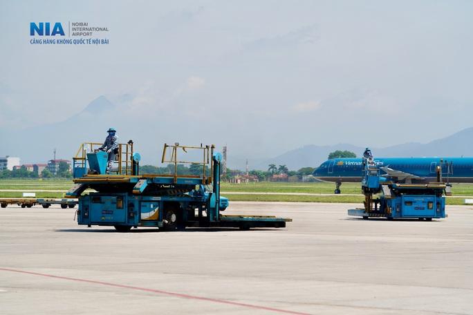 Đột nhập khu bay Nội Bài trong cái nắng nóng cực điểm hơn 62 độ C - Ảnh 4.