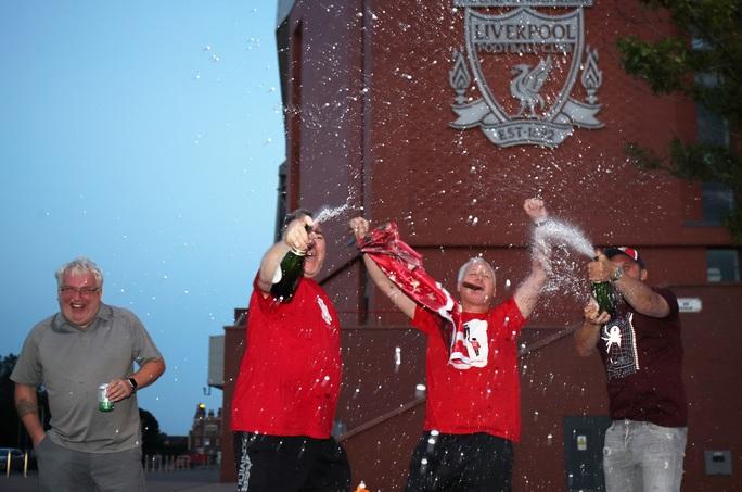 Thảm bại trước Chelsea, Man City dâng ngôi vô địch cho Liverpool - Ảnh 10.