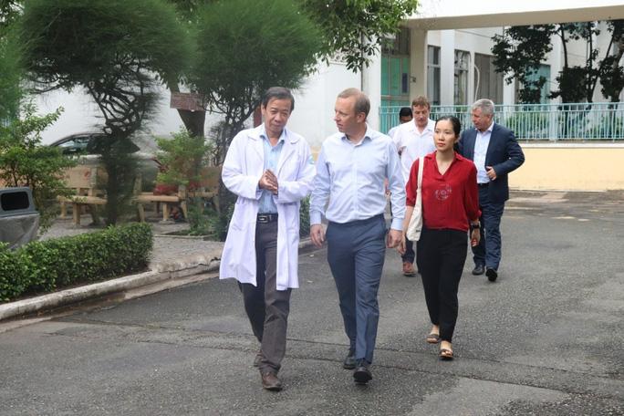 Đại sứ Anh cảm ơn các bác sĩ Việt Nam trong điều trị Covid-19 - Ảnh 1.