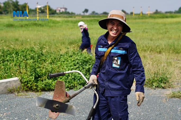 Đột nhập khu bay Nội Bài trong cái nắng nóng cực điểm hơn 62 độ C - Ảnh 37.
