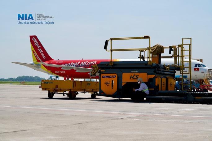 Đột nhập khu bay Nội Bài trong cái nắng nóng cực điểm hơn 62 độ C - Ảnh 22.
