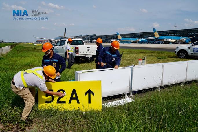 Đột nhập khu bay Nội Bài trong cái nắng nóng cực điểm hơn 62 độ C - Ảnh 18.