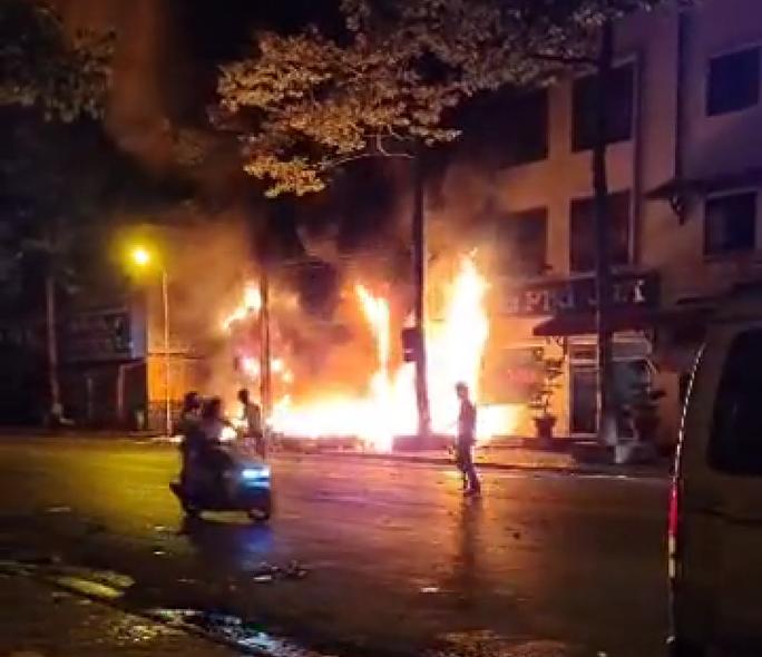 Nhà xe Tâm Hạnh ở Bình Thuận nửa đêm bất ngờ cháy rụi - Ảnh 1.