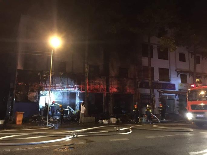 Nhà xe Tâm Hạnh ở Bình Thuận nửa đêm bất ngờ cháy rụi - Ảnh 2.