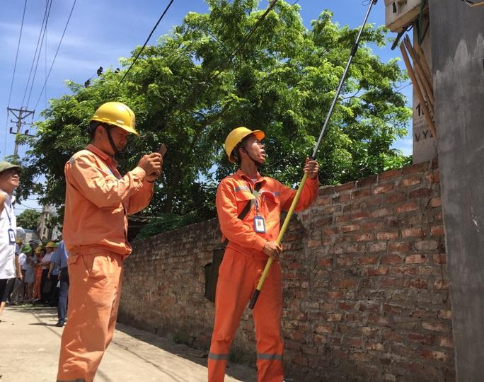 Điện lực Hà Nội nhận 4.000 cuộc gọi thắc mắc tiền điện mỗi ngày - Ảnh 1.