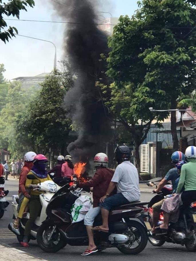Xe máy đang chạy bỗng cháy trơ khung - Ảnh 1.
