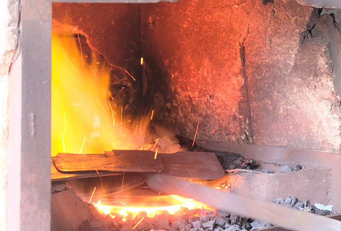 Người dân mưu sinh bên lò than đỏ rực trong tiết trời 40 độ C ở làng rèn xứ Thanh - Ảnh 6.