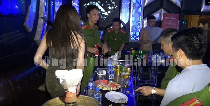 Hải Dương: Bắt giữ hơn 100 đối tượng sử dụng trái phép chất ma túy tại hai quán bar, karaoke  - Ảnh 3.