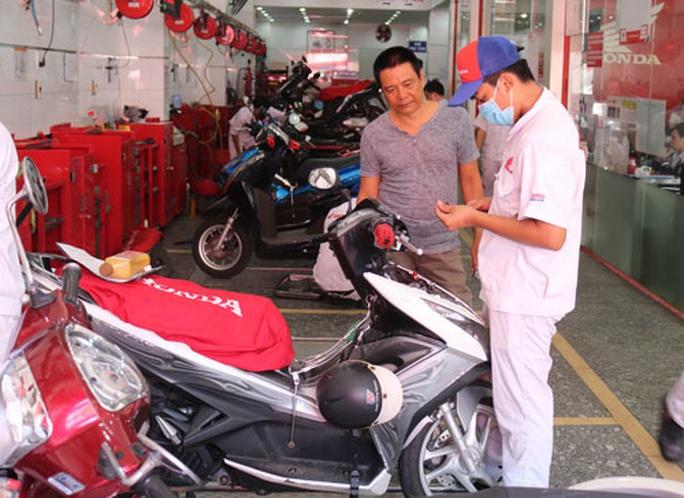 Đi sửa xe, được đo khí thải miễn phí - Ảnh 1.