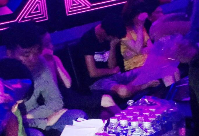 Tiền Giang: Liên tiếp phát hiện đối tượng sử dụng ma túy ở quán karaoke - Ảnh 1.