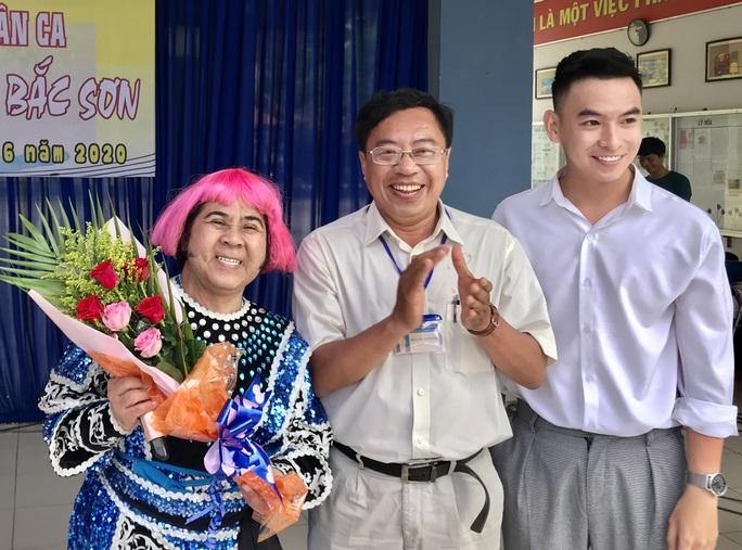 Nghệ sĩ Bạch Long hóa thân tướng giặc Corona mang tiếng cười đến học đường - Ảnh 4.