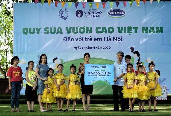 Vinamilk mang niềm vui uống sữa đến với trẻ em Hà Nội thông qua Quỹ sữa Vươn cao Việt Nam  - Ảnh 1.
