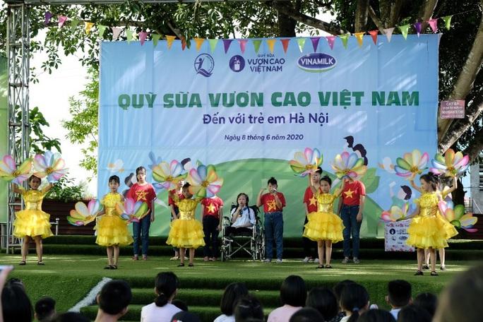 Vinamilk mang niềm vui uống sữa đến với trẻ em Hà Nội thông qua Quỹ sữa Vươn cao Việt Nam  - Ảnh 2.