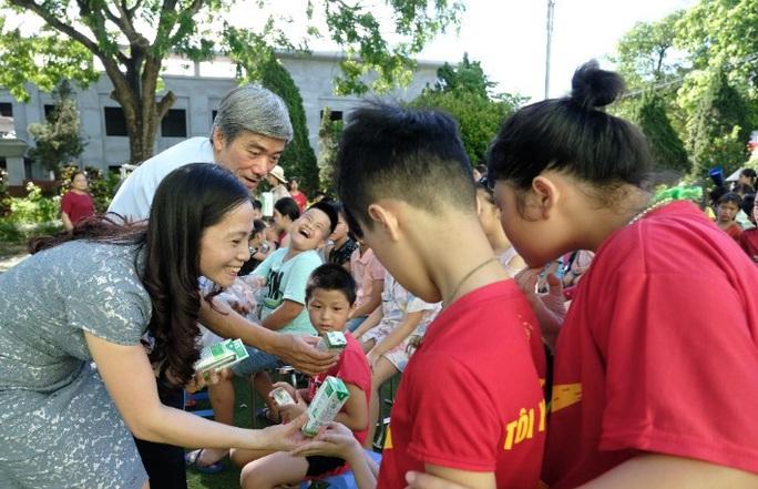 Vinamilk mang niềm vui uống sữa đến với trẻ em Hà Nội thông qua Quỹ sữa Vươn cao Việt Nam  - Ảnh 4.