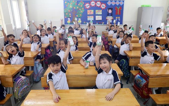 Vinamilk mang niềm vui uống sữa đến với trẻ em Hà Nội thông qua Quỹ sữa Vươn cao Việt Nam  - Ảnh 10.