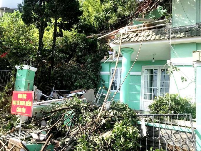 Đà Lạt: Di dời khẩn cấp 3 nhà dân bị sạt lở taluy do mưa lớn - Ảnh 1.
