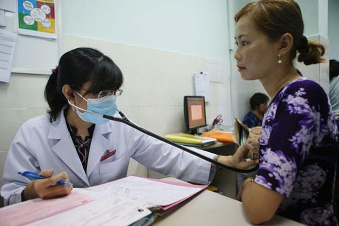 Cán bộ, nhân viên y tế chịu áp lực công việc nặng nề - Ảnh 1.
