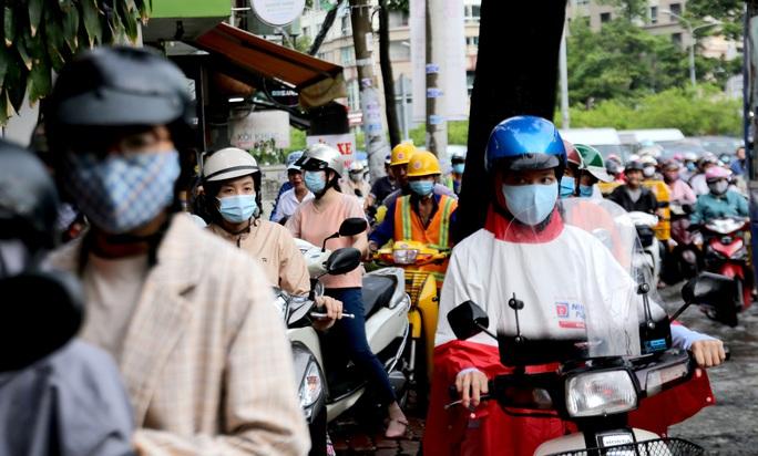 TP HCM: Ngập nước lại kẹt xe, hàng ngàn người bơ phờ - Ảnh 6.