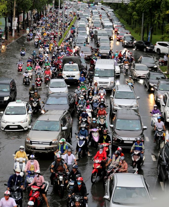 TP HCM: Ngập nước lại kẹt xe, hàng ngàn người bơ phờ - Ảnh 3.