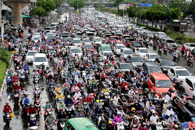 TP HCM: Ngập nước lại kẹt xe, hàng ngàn người bơ phờ - Ảnh 2.
