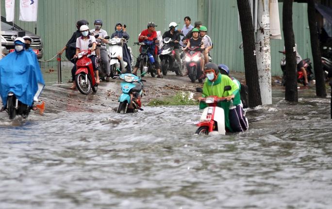 TP HCM: Đường Nguyễn Hữu Cảnh ngập kinh hãi, sóng cuồn cuộn - Ảnh 8.