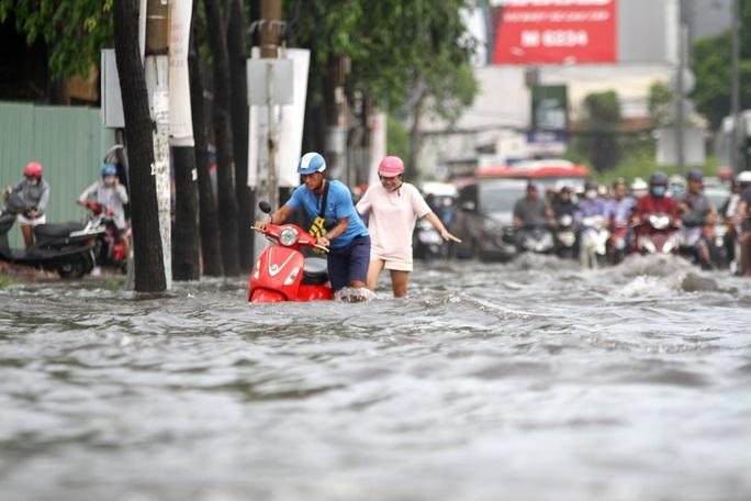 TP HCM: Đường Nguyễn Hữu Cảnh ngập kinh hãi, sóng cuồn cuộn - Ảnh 7.