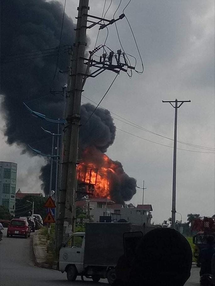 Đang cháy lớn tại kho hóa chất, xuất hiện nhiều tiếng nổ - Ảnh 2.