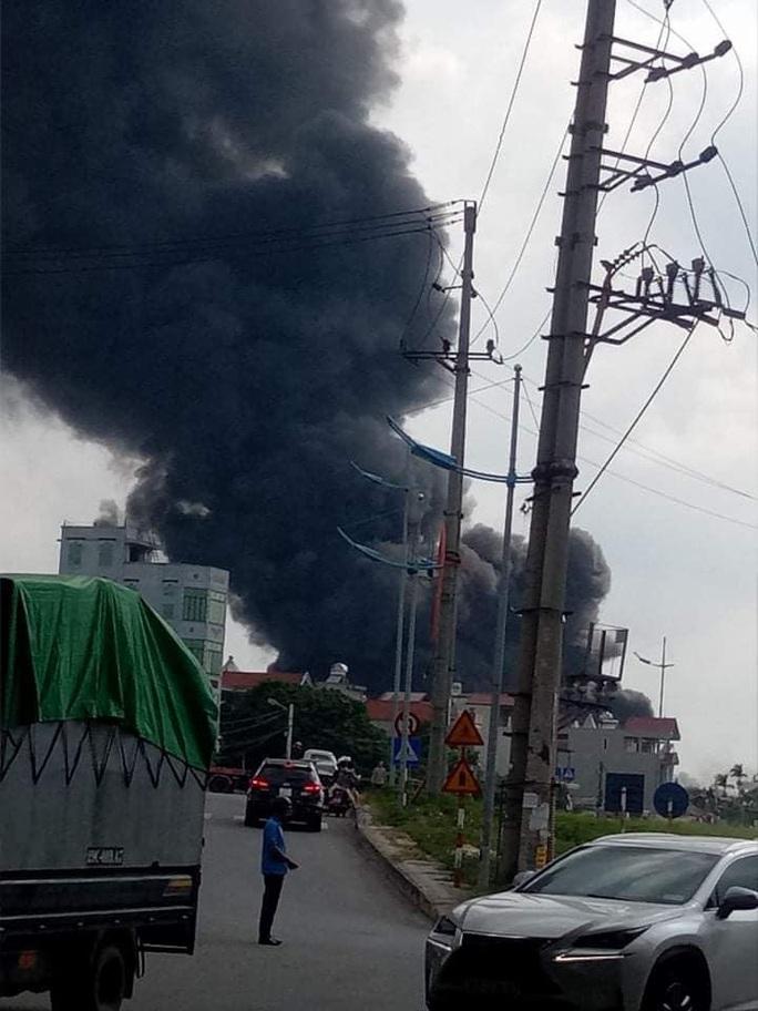Đang cháy lớn tại kho hóa chất, xuất hiện nhiều tiếng nổ - Ảnh 3.