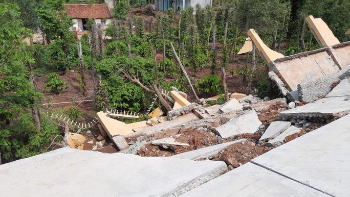 Công trình tiền tỉ tại trường học đổ sập do… mưa gió hơn 1 tháng nhưng chưa báo cáo - Ảnh 2.