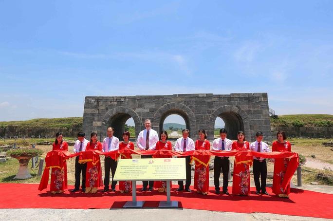 Đại sứ Mỹ thăm cầu Hàm Rồng cùng cựu chiến binh Việt Nam - Ảnh 3.