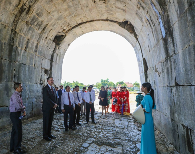 Đại sứ Mỹ thăm cầu Hàm Rồng cùng cựu chiến binh Việt Nam - Ảnh 4.