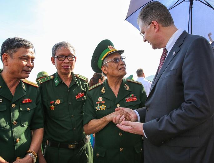 Đại sứ Mỹ thăm cầu Hàm Rồng cùng cựu chiến binh Việt Nam - Ảnh 1.