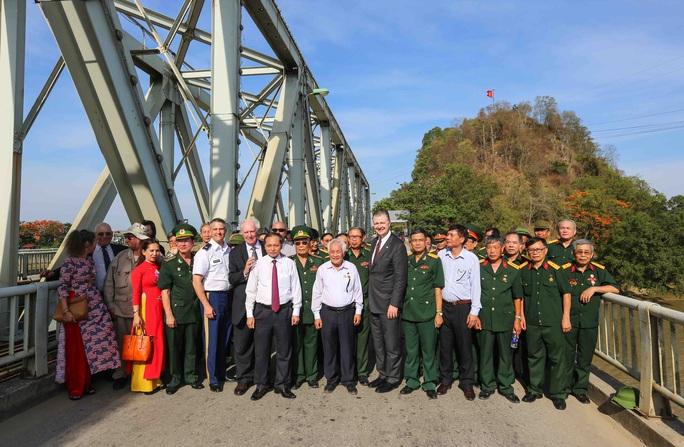 Đại sứ Mỹ thăm cầu Hàm Rồng cùng cựu chiến binh Việt Nam - Ảnh 2.