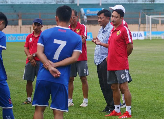 HLV Vũ Hồng Việt từ chức, Quảng Nam thành đội thứ 3 sa thải HLV - Ảnh 1.