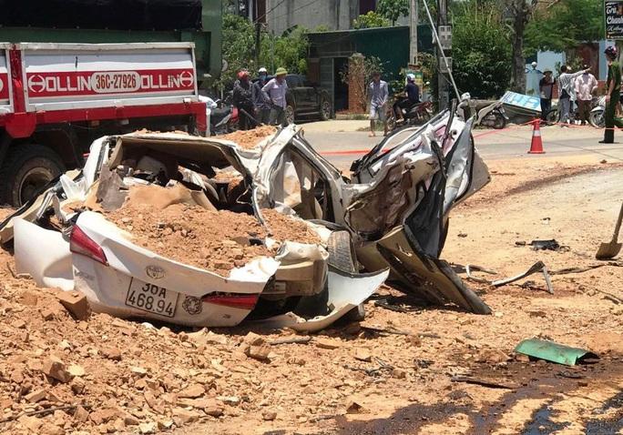 CLIP: Khoảnh khắc xe hổ vồ đè bẹp xe con làm 3 người chết, 1 người bị thương - Ảnh 3.