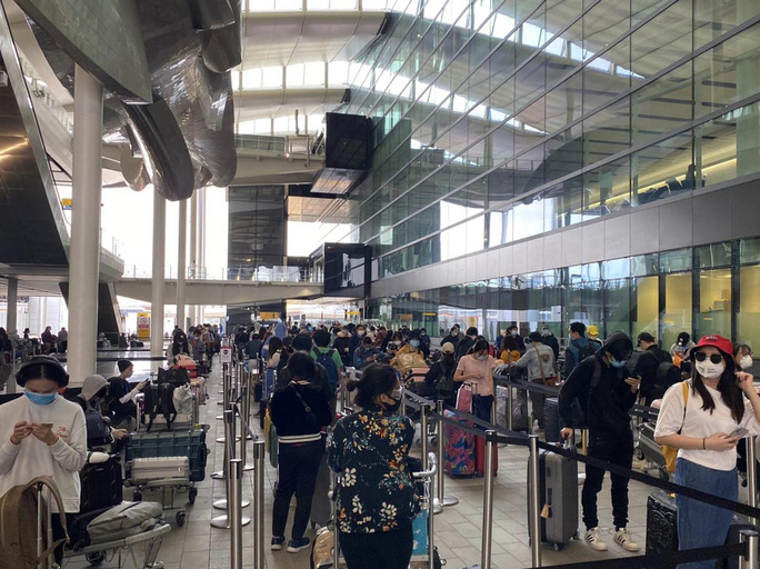 Gần 340 người Việt từ Anh về nước tại sân bay Tân Sơn Nhất - Ảnh 1.