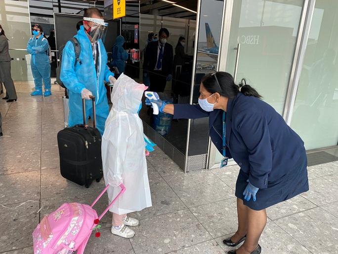 Gần 340 người Việt từ Anh về nước tại sân bay Tân Sơn Nhất - Ảnh 8.