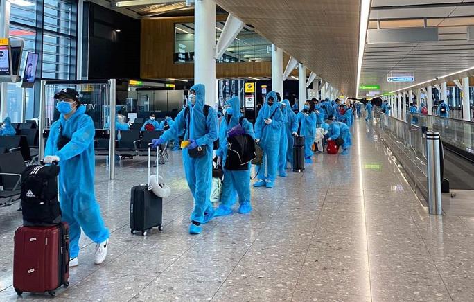 Gần 340 người Việt từ Anh về nước tại sân bay Tân Sơn Nhất - Ảnh 9.