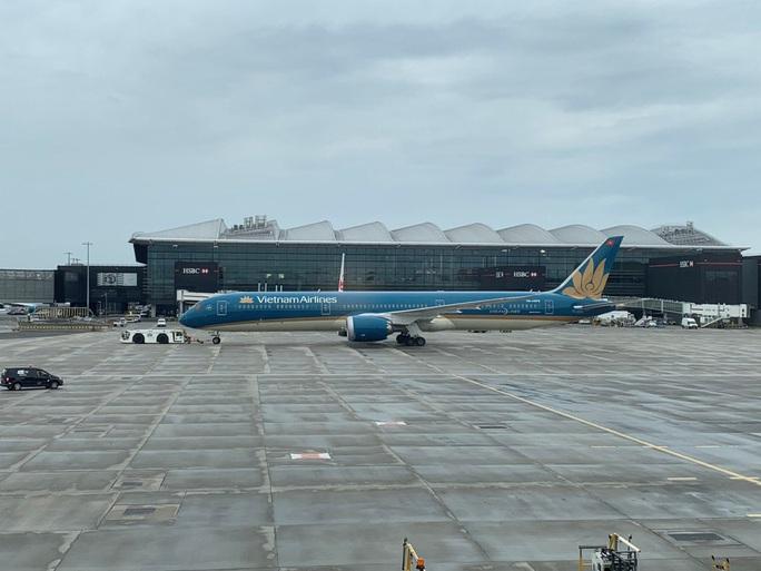Gần 340 người Việt từ Anh về nước tại sân bay Tân Sơn Nhất - Ảnh 11.