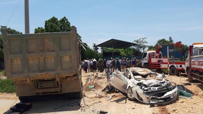 CLIP: Khoảnh khắc xe hổ vồ đè bẹp xe con làm 3 người chết, 1 người bị thương - Ảnh 2.