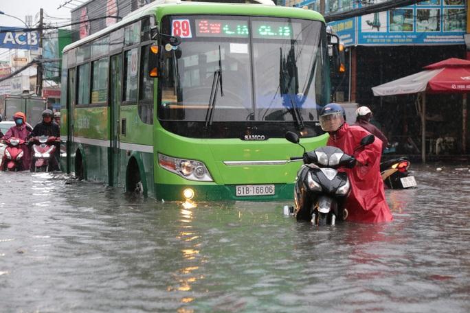 TP HCM: Ngập kinh hãi ở quận Thủ Đức, nước chảy xiết xô ngã cả xe máy - Ảnh 6.
