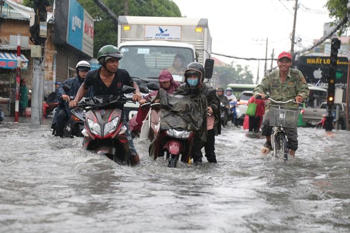 TP HCM: Ngập kinh hãi ở quận Thủ Đức, nước chảy xiết xô ngã cả xe máy - Ảnh 5.