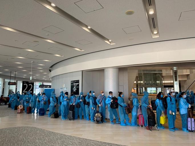 Sân bay Đà Nẵng đón hơn 340 người Việt từ Nhật Bản về nước - Ảnh 2.