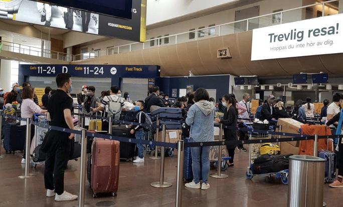 Sân bay Nội Bài đón 310 người Việt từ Thụy Điển và Phần Lan về nước - Ảnh 2.
