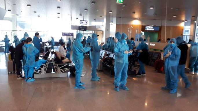 Sân bay Nội Bài đón 310 người Việt từ Thụy Điển và Phần Lan về nước - Ảnh 6.