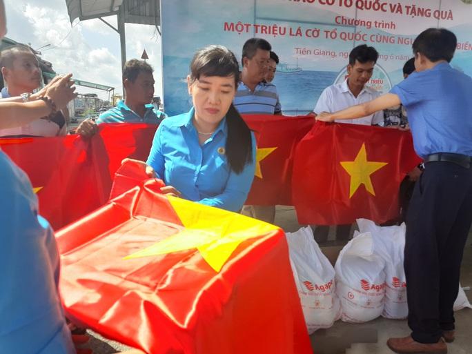 Trao 2.000 lá cờ Tổ quốc và quà cho ngư dân Tiền Giang - Ảnh 10.