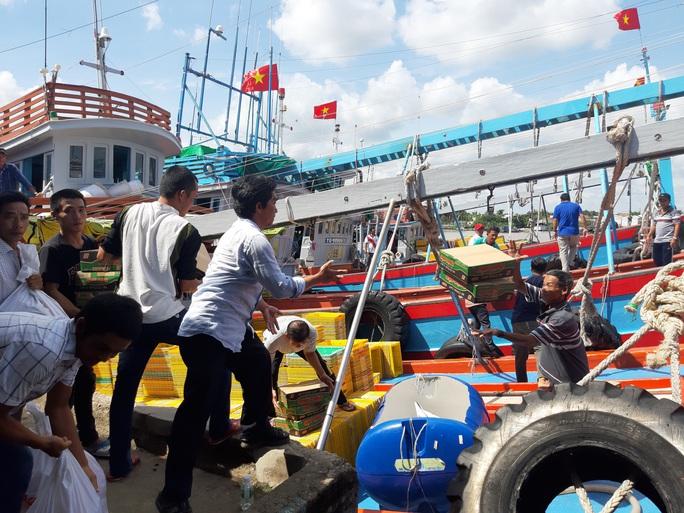 Trao 2.000 lá cờ Tổ quốc và quà cho ngư dân Tiền Giang - Ảnh 16.