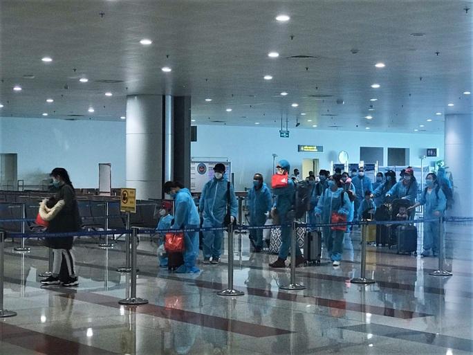 Sân bay Nội Bài đón 310 người Việt từ Thụy Điển và Phần Lan về nước - Ảnh 10.