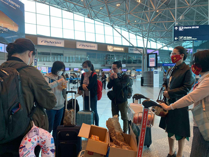 Sân bay Nội Bài đón 310 người Việt từ Thụy Điển và Phần Lan về nước - Ảnh 3.