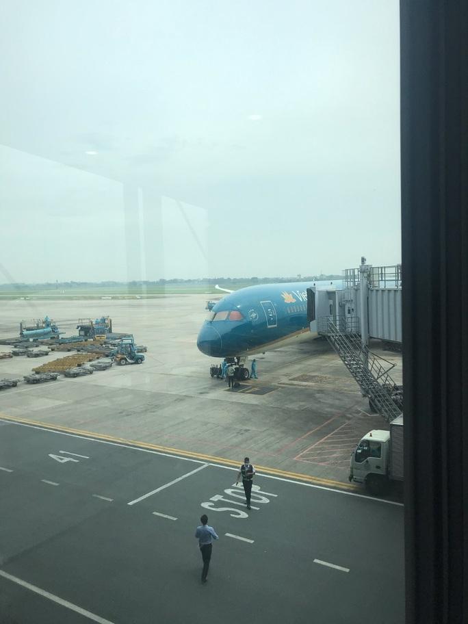 Sân bay Nội Bài đón 310 người Việt từ Thụy Điển và Phần Lan về nước - Ảnh 8.